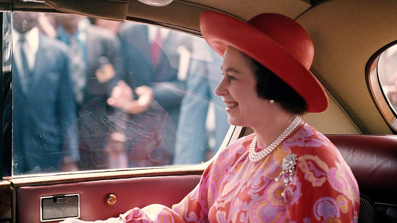 07-queen-elizabeth--in-limo-barbados-1975